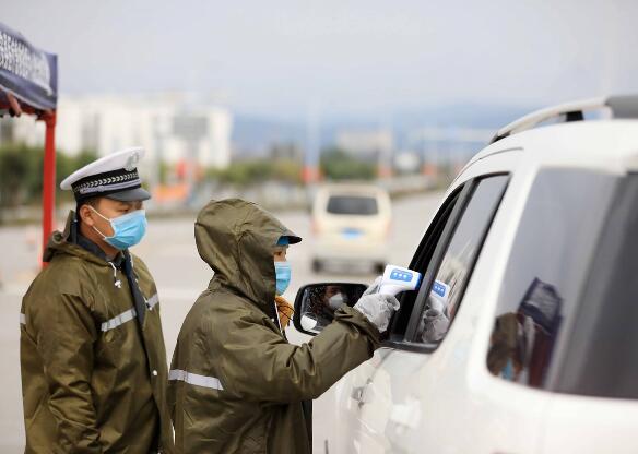 融安县:执勤人员风雨坚守把好防疫关