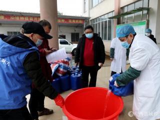 广西融安:免费发放防疫消毒液