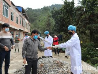 平果县疾控中心指导新安镇都先村家禽饲养户开展消毒消杀工作