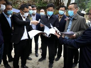 平桂区委书记赖春忠率队到槽碓村乡村旅游项目现场办公解难题