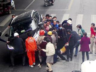 金城江发生一起交通事故,市民33秒抢回生命
