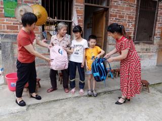 恭城县水利局慰问贫困家庭儿童
