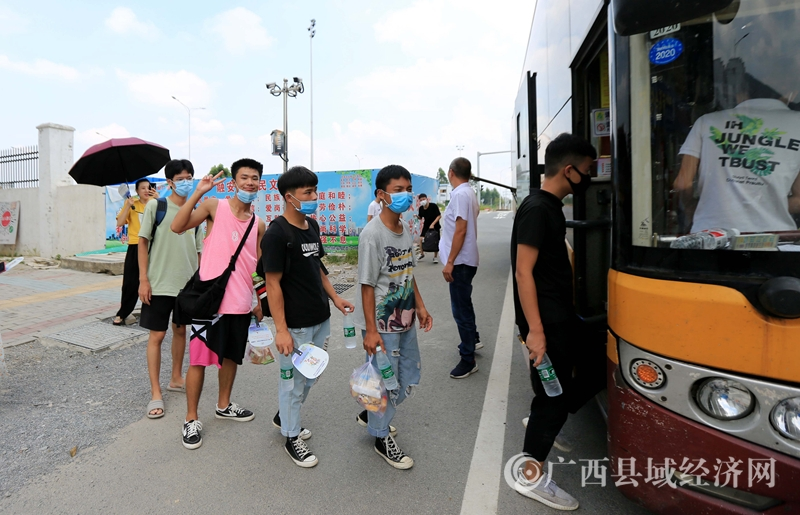 融安县长安镇:贫困学生暑假外出务工