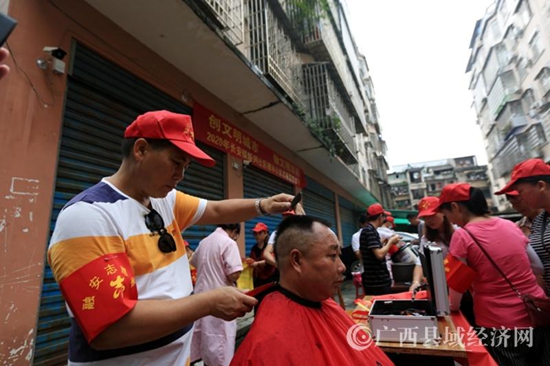 融安县:志愿者周末开展义务服务   助力创建自治区文明城市