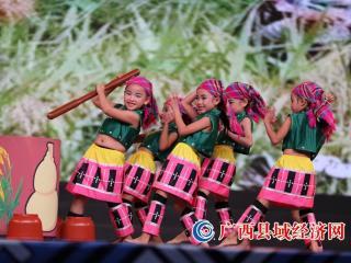 环江:扶贫日弘扬传统文化 戏曲艺术洒满校园