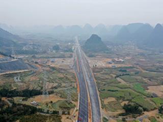 广西桂柳高速首个特长隧道贯通至合同里程