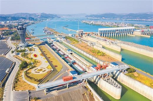 西江长洲枢纽船闸年过货量突破1.5亿吨