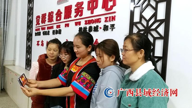 恭城县:瑶族同胞认真收看大会盛况