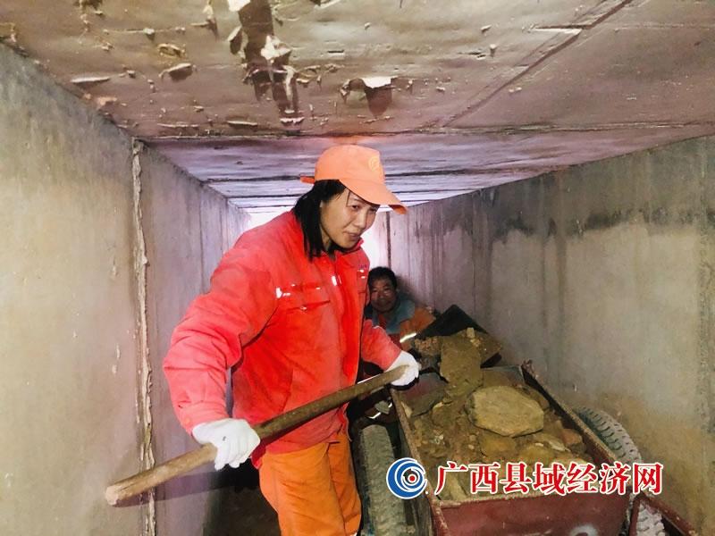 """东兰公路养护中心:涵洞""""清道夫"""" 与淤泥大作战"""