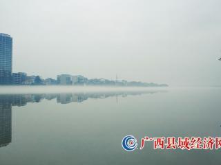 融安县:雾锁江面 如梦似幻