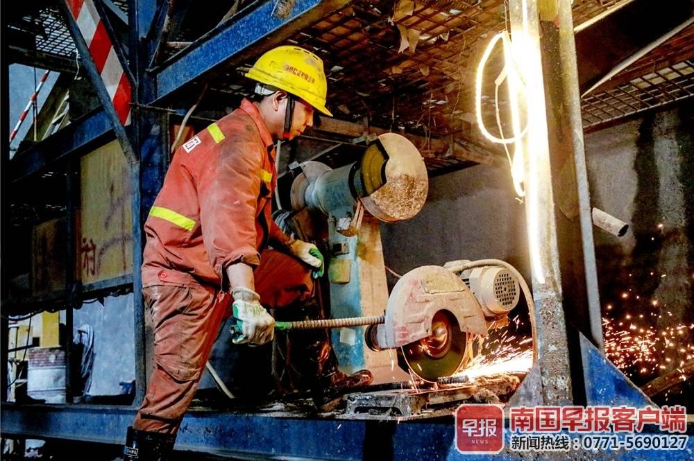 新柳南高速预计年内建成通车  鼓鸣隧道全幅贯通