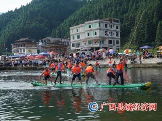 赛龙舟有不少,可你见过赛竹排吗?融水举办赛竹排比赛祈丰收