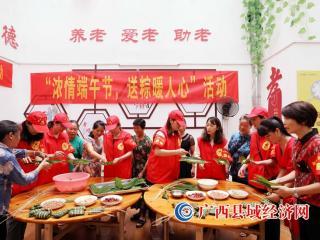 广西融安:志愿者包粽迎端午