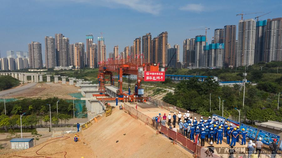 贵南高铁引入南宁枢纽工程开始架梁(组图)